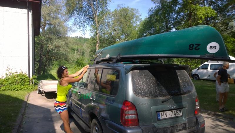 Goedgemutste Karina bereid het transport voor.