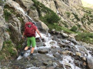 Snelstromend water oversteken