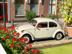 VW Kever in het straatje van Vermeer